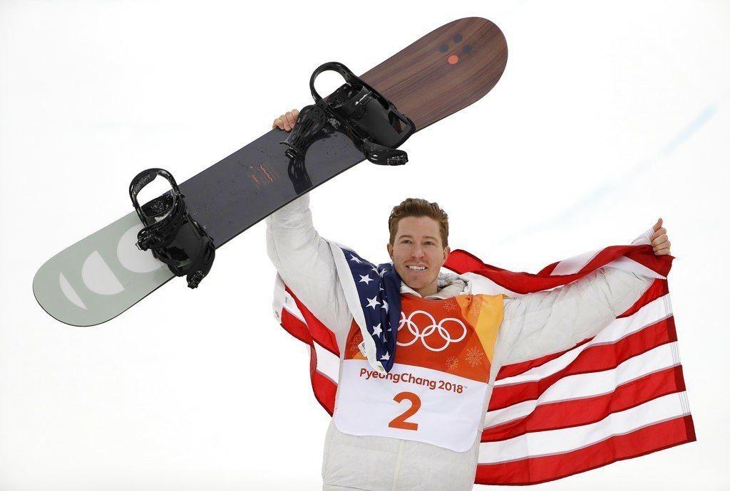 一頭紅髮、外號「飛行番茄」的美國雪板傳奇好手懷特在雪板項目摘金。 美聯社