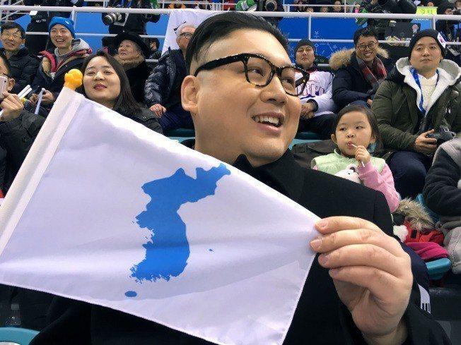 南北韓女子冰球聯隊迎戰日本時,賽場內竟出現一名假金正恩。美聯社
