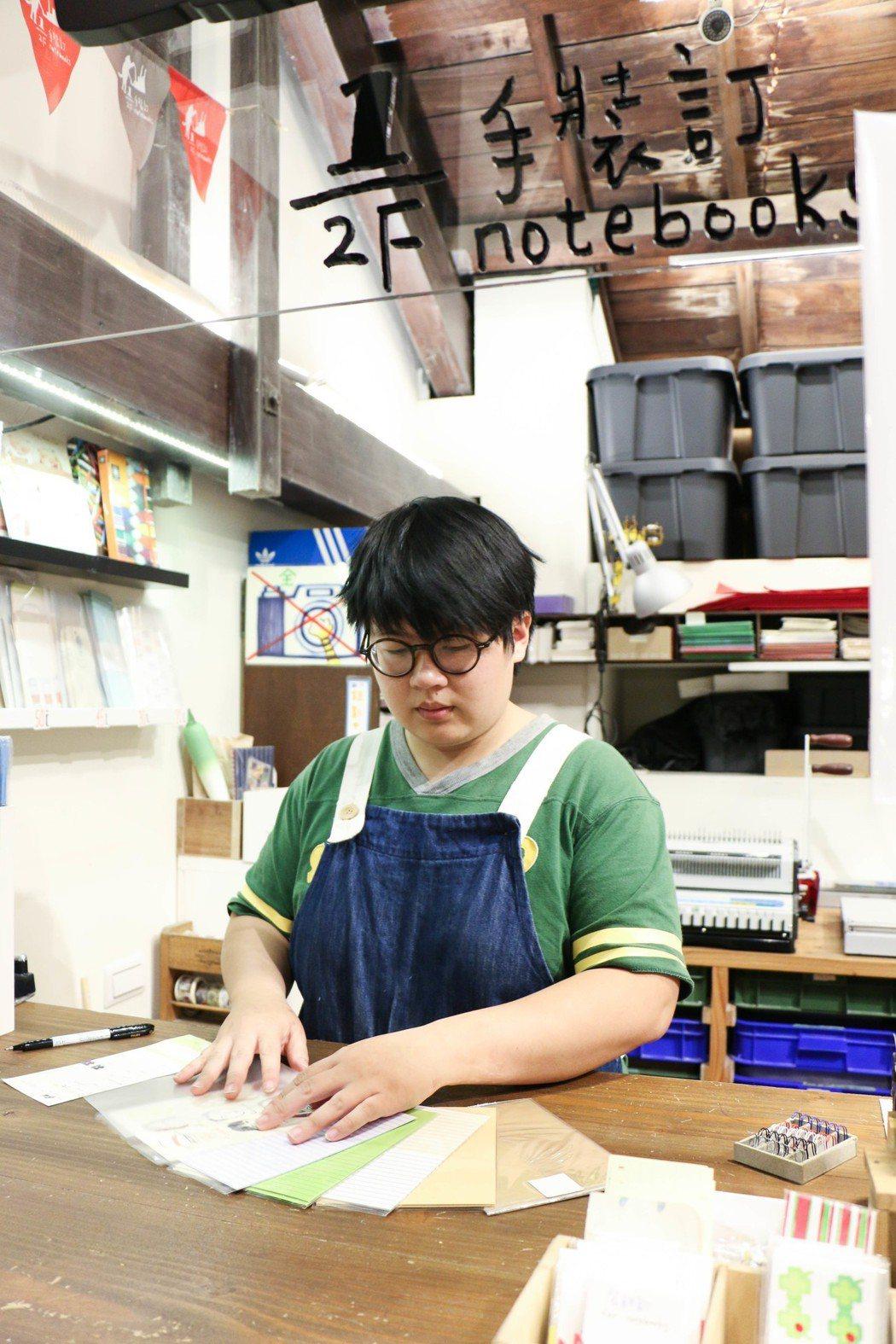 本東倉庫二樓設有裝訂工坊。 記者謝欣倫/攝影