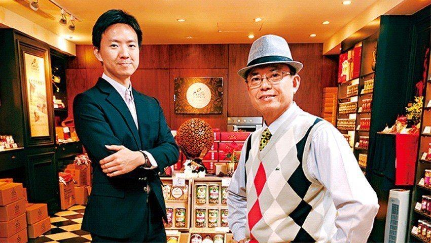 拍照當天,今今食品董座徐寬生(圖右)在大兒子徐晉堂(圖左)主導的堅果專賣店中,向...
