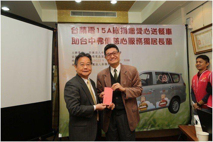 中科管理局陳銘煌局長(左)共襄盛舉,代表管理局捐贈現金。 中科管理局/提供
