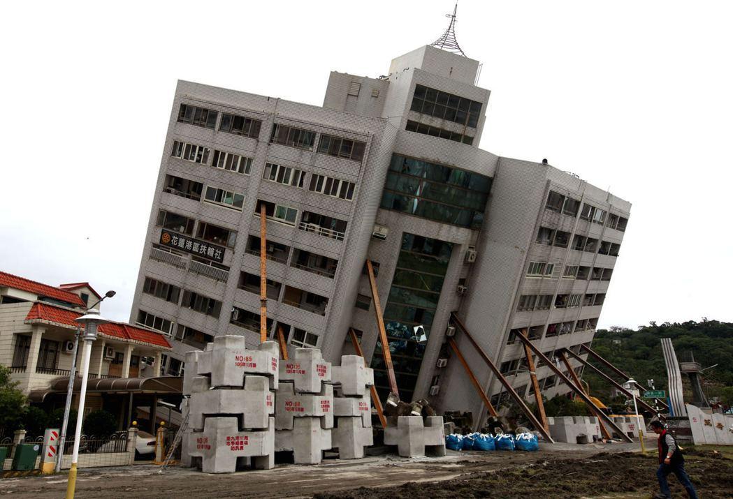 支撐大樓的鋼樑總共用了11支。中新社