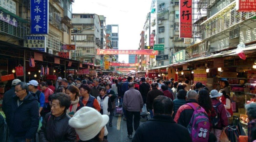 網友感嘆除非走進年貨大街,很難再感受到年味。圖/報系資料照。
