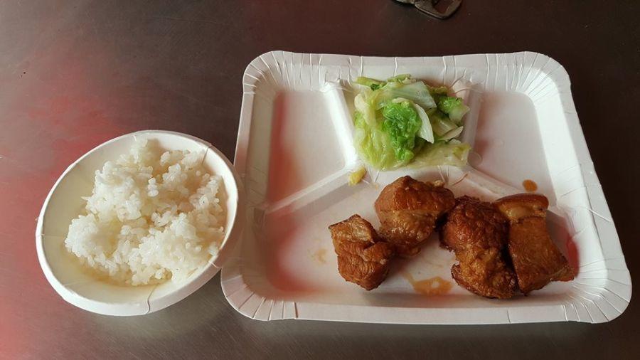 網友在高雄吃自助餐,一肉一菜要價70元。取自爆怨公社