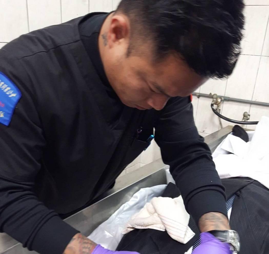 修復師陳修將幫助往生者恢復生前的容貌。 圖/王薇君提供