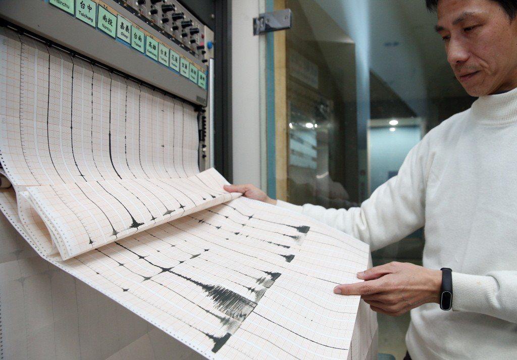 氣象局地震中心展示「地震類比紀錄」。 圖/聯合報系資料照