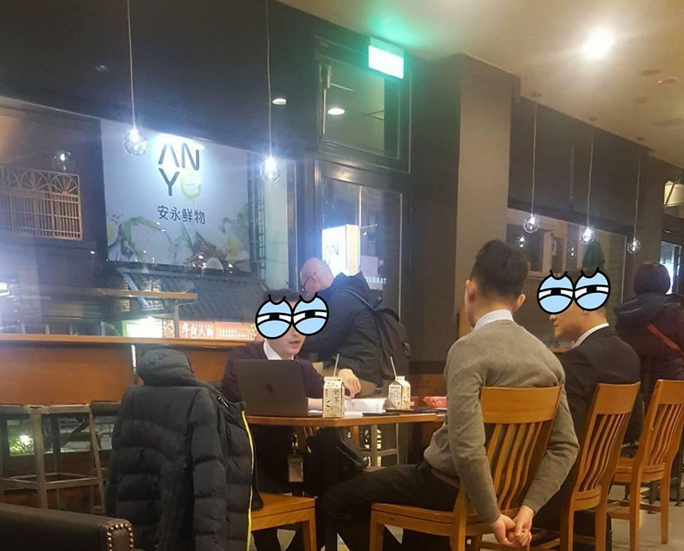 三名男子坐在星巴克店內,大剌剌地喝著便利商店的飲料,經過店員數度勸止仍不消費。圖...