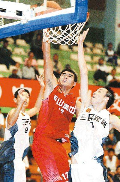許時清(中)2002年是南山高中一員大將。 報系資料照