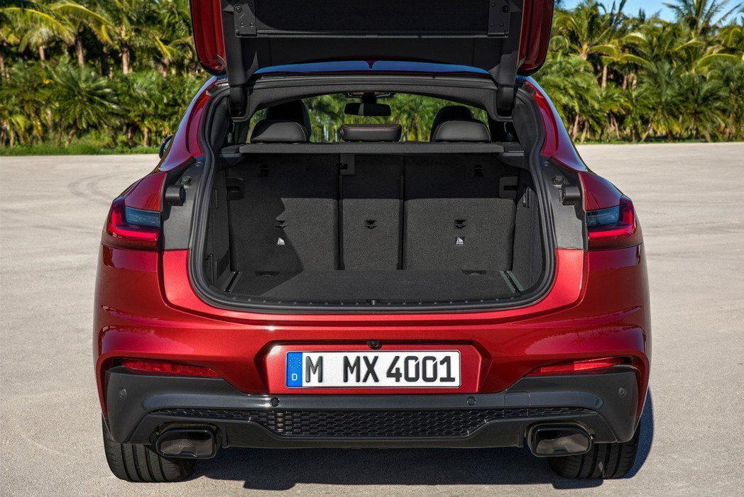 後排座椅具有分離式收折功能。 摘自BMW