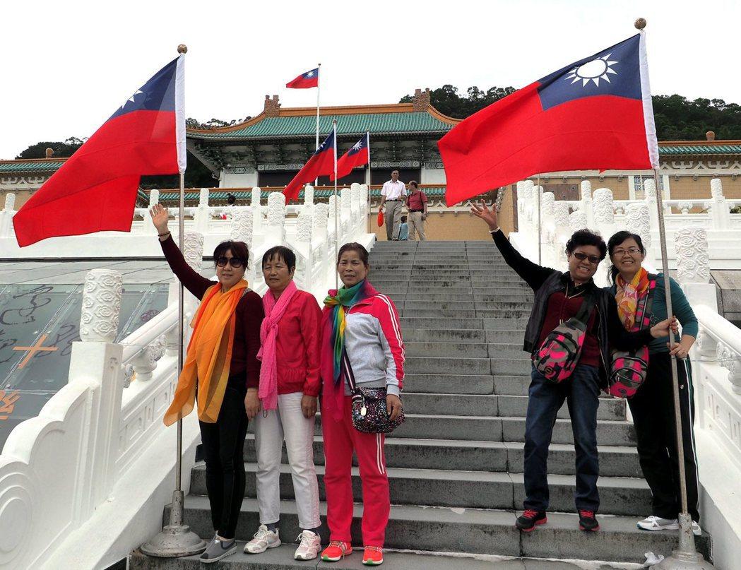 遊客與在地被觀光對象(非)日常的邂逅,成為一再被挑起,難以兩立的民族情感。 圖/...