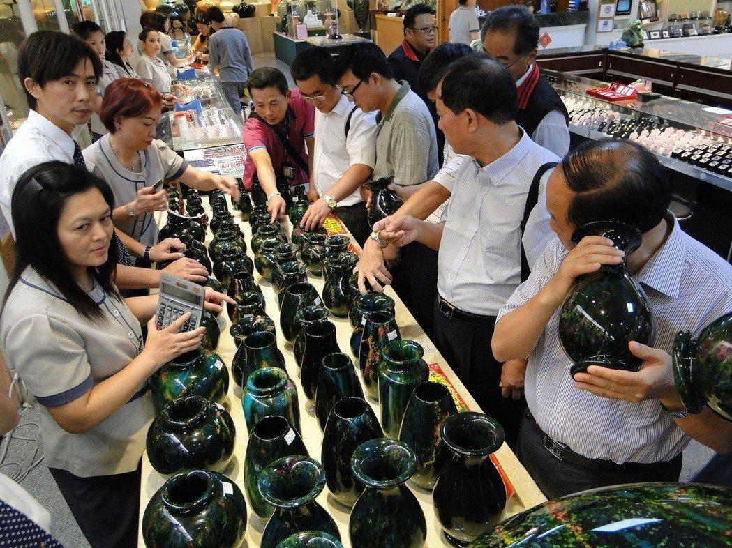 陸客團對花蓮藝石非常感興趣,還有店家也要員工表述:有買我們的花瓶就是幫助和平統一...