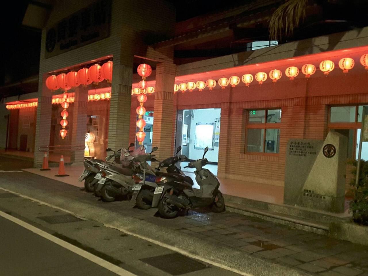 貢寮區公所加碼裝飾燈牆,貢寮火車站、老街都可以看到,讓民眾及回鄉子弟可以感受到濃...