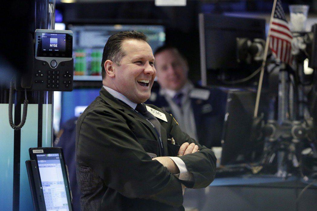 在金融類股大漲下,華爾街股市13日連續第三個交易日收高,交易員也心情大好。 美聯...
