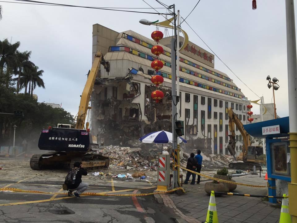 台灣自來水公司董事長郭俊銘說,有一些漏水點是在震災的廢墟旁,工作人員必須克服工作的不便和危險才能進入搶修。圖/摘自郭俊銘臉書