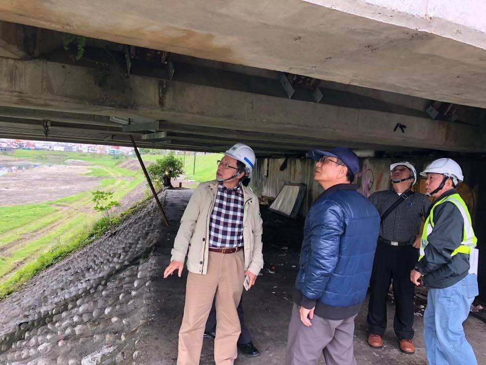 台灣自來水公司董事長郭俊銘(左)說,搶修困難之處在於餘震太多。圖/摘自郭俊銘臉書
