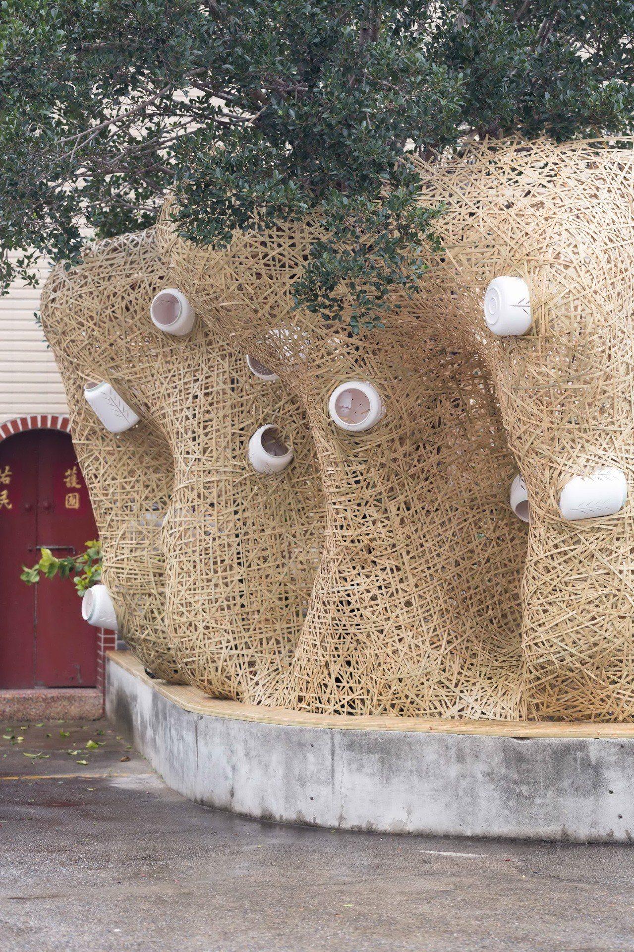 藝術家游文富作品,坐在竹編蘿蔔椅,希望迎來好采頭。圖/蘆竹湳社區發展協會提供