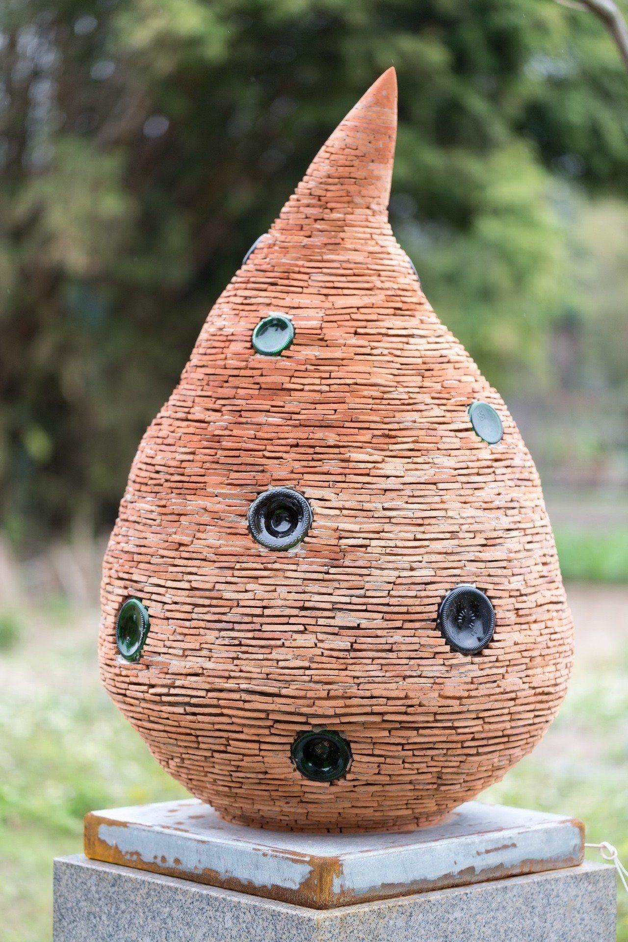 在地藝術家陳世政用五千塊廢棄的瓦片,拼湊起飲水思源的水滴意象。圖/蘆竹湳社區發展...