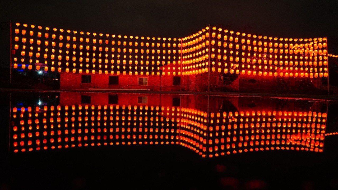 一整面的紅燈籠牆,如同紅寶石珠簾般絢爛奪目。圖/蘆竹湳社區發展協會提供