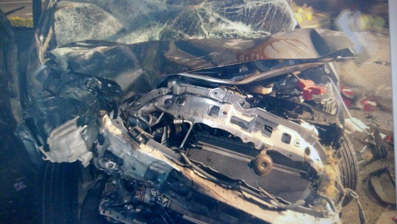 郭男駕駛的自小客車頭已完全變形全毀。 記者卜敏正/翻攝