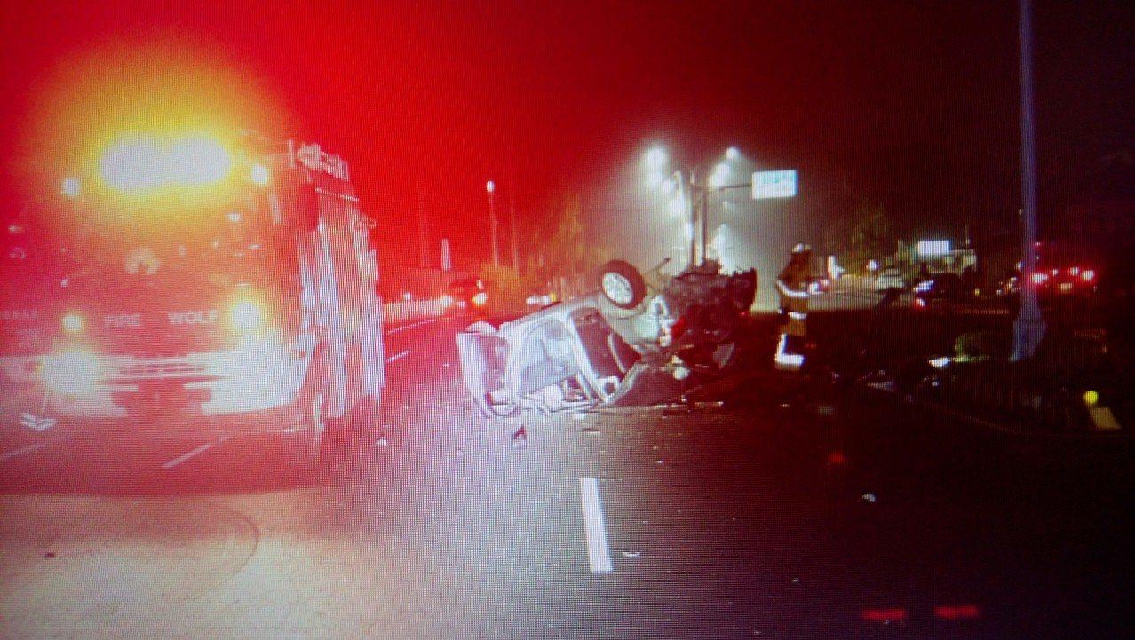 郭姓男子駕駛的自小客 車頭已完全變形全毀。 記者卜敏正/翻攝
