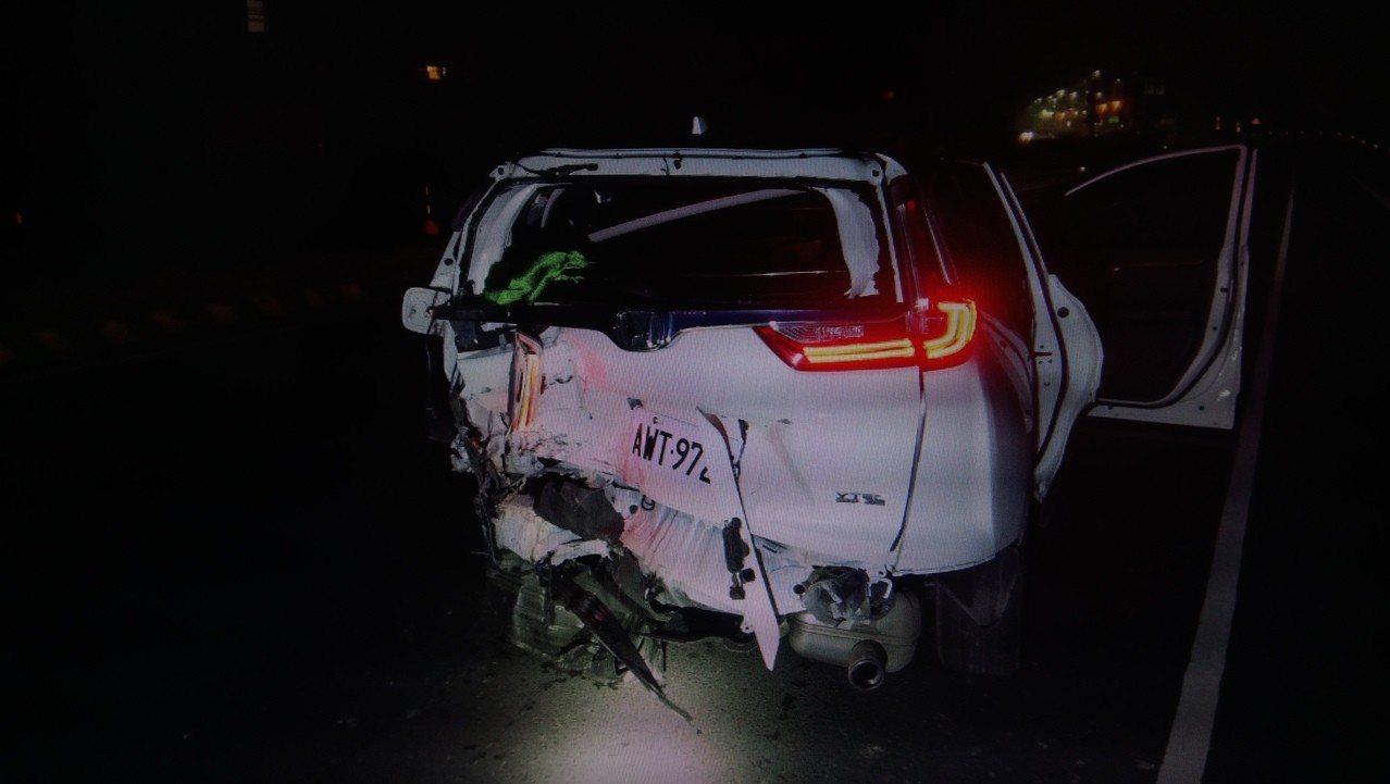被追撞的白色自小客後方受損嚴重。 記者卜敏正/翻攝