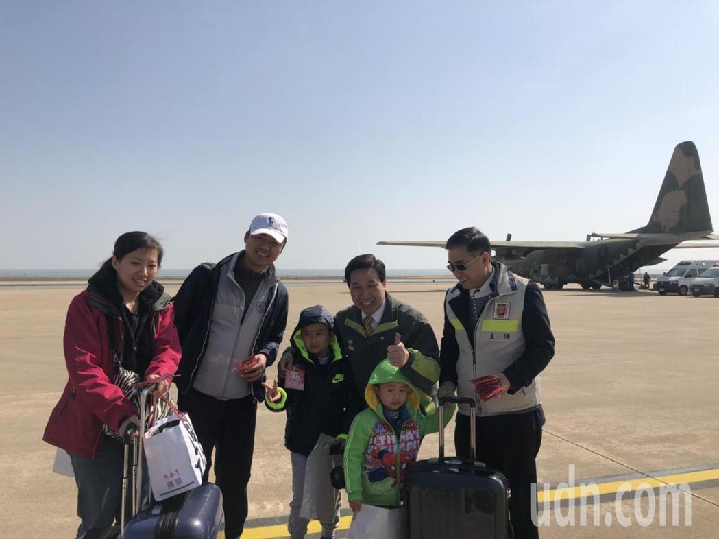 金門縣長陳福海昨到金門軍用機場迎接返鄉過年的鄉親,並親切的分送小紀念品,讓民眾笑...