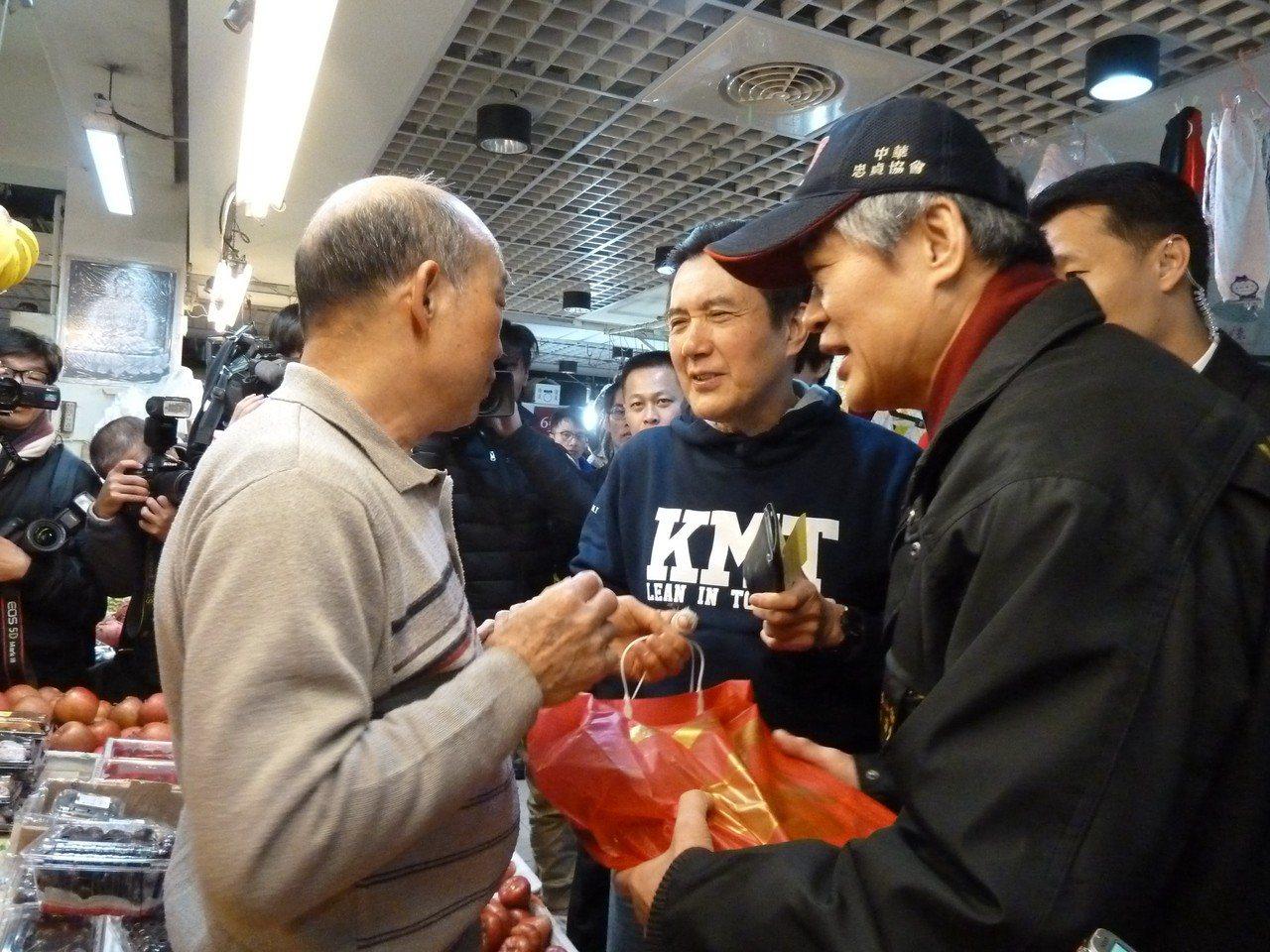 前總統馬英九今上午依慣例,在大姐馬以南、國民黨發言人鍾沛君陪同下,前往住家旁興隆...