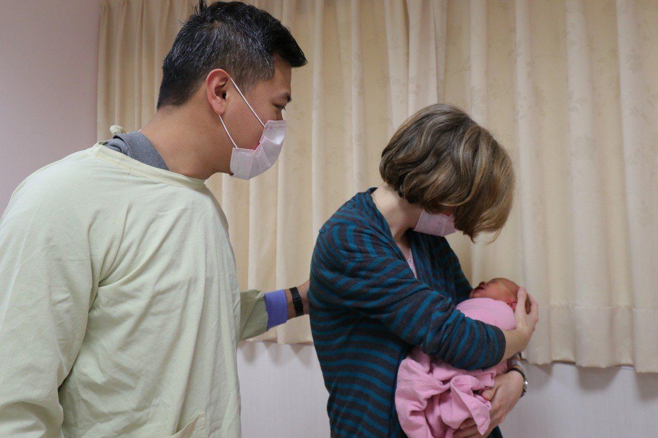 亞洲大學附屬醫院最近就讓一對異國夫妻在LDR房生產,並得以享受生產的溫馨時刻。圖...
