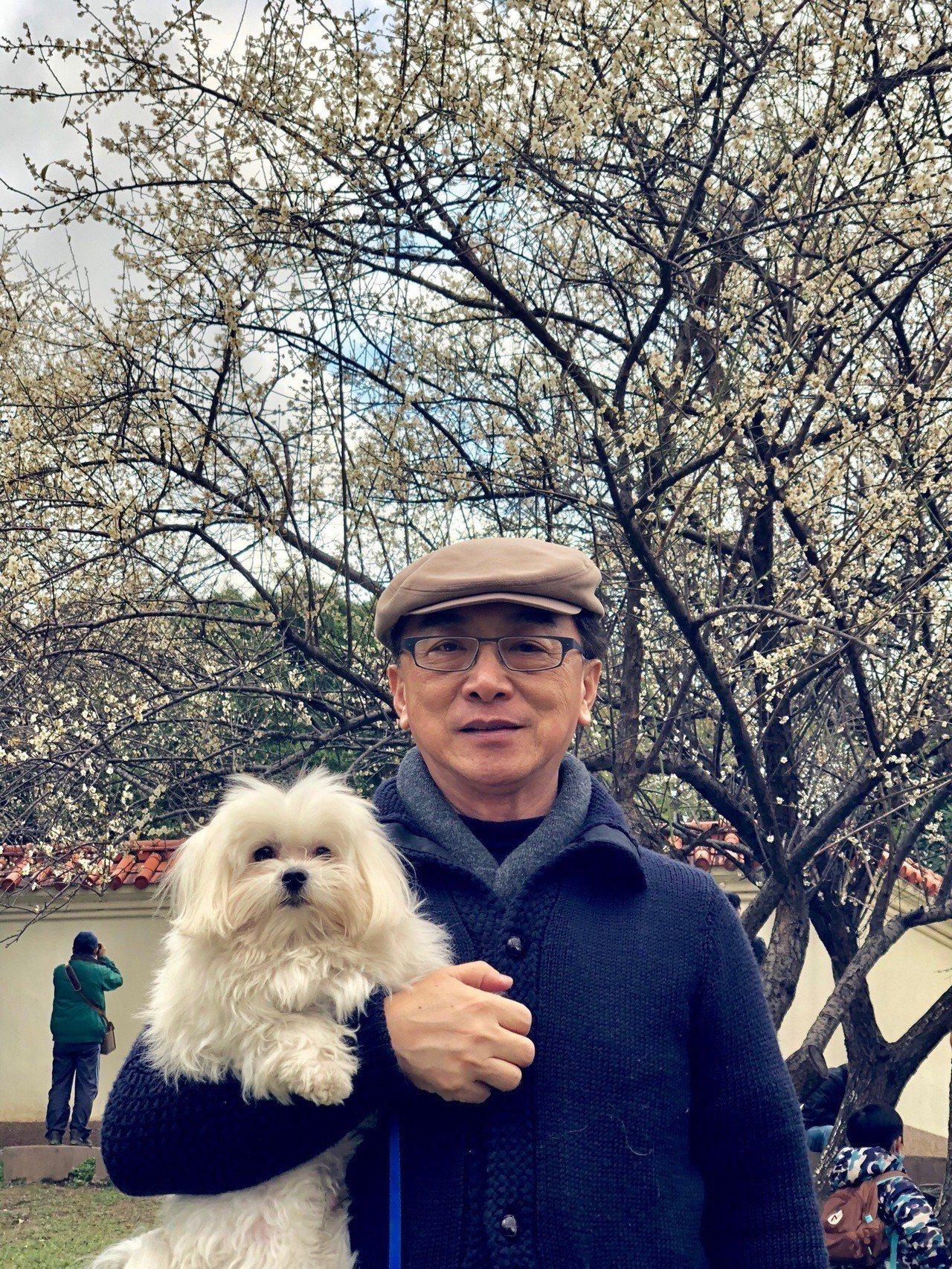 國民黨立委陳宜民愛狗成痴,呼籲領養收容動物過新年。圖為他與寵物哈比。圖/陳宜民提...