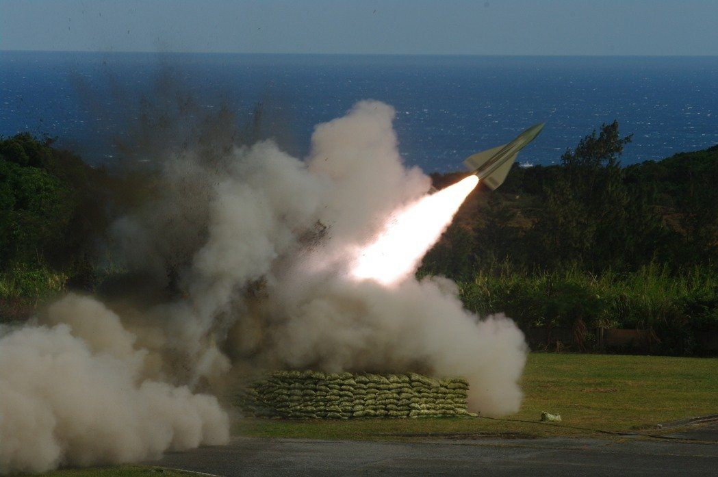 老舊的鷹式飛彈在每年藉實彈射擊測試妥善率下,將繼續延用,目前沒有除役的時間表。圖...