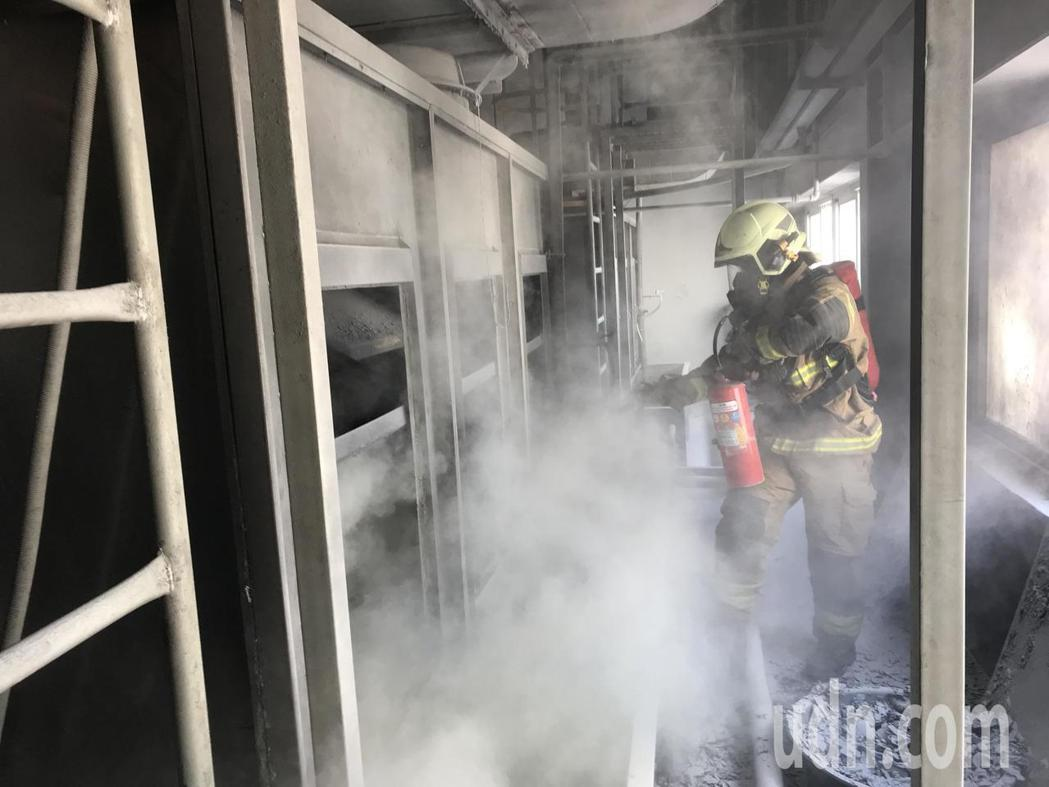 台南官田工業區工廠火警,消防隊員搶救。記者謝進盛/翻攝