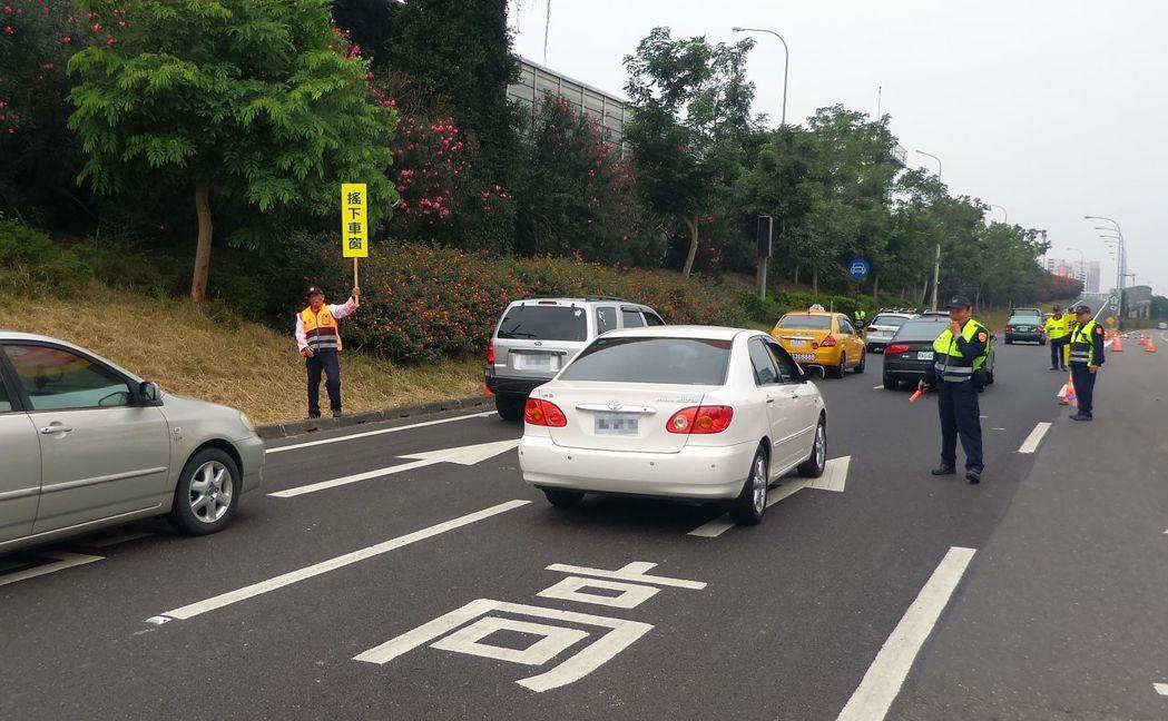 國道在2月17日、18日年初三、初四實施高乘載管制,圖為警方去年在匝道口管制車輛...