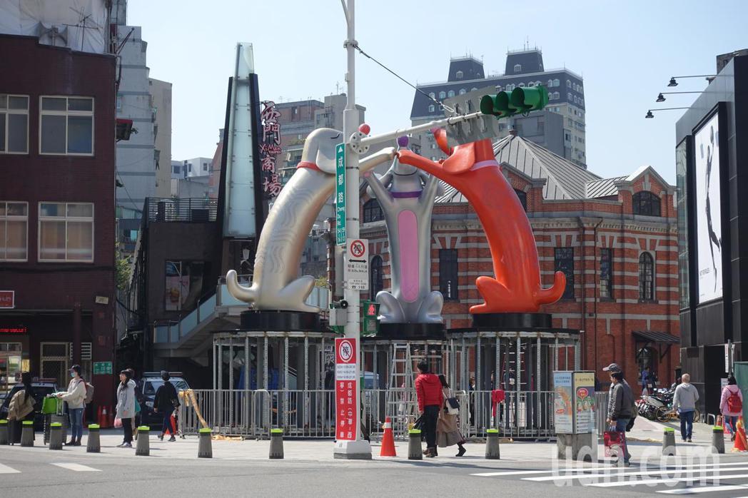 台北燈節主燈「幸福魔力狗」今早悄悄現身在西門紅樓前,不過主燈和去年一樣,再度被路...
