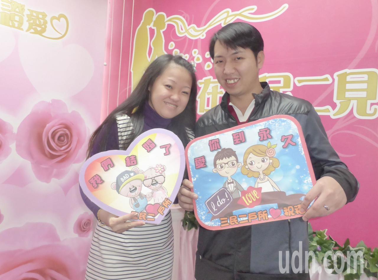 這對新人不但小學、國中同學,又是鄰居,兩人今天甜蜜完成結婚登記。記者楊濡嘉/攝影