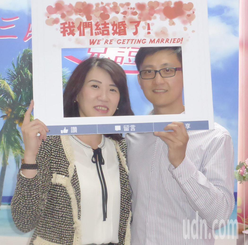 新人吳恆信(右)和黃宥慈是同事,兩人在西洋情人節和小年夜這一天辦結婚登記,喜上加...