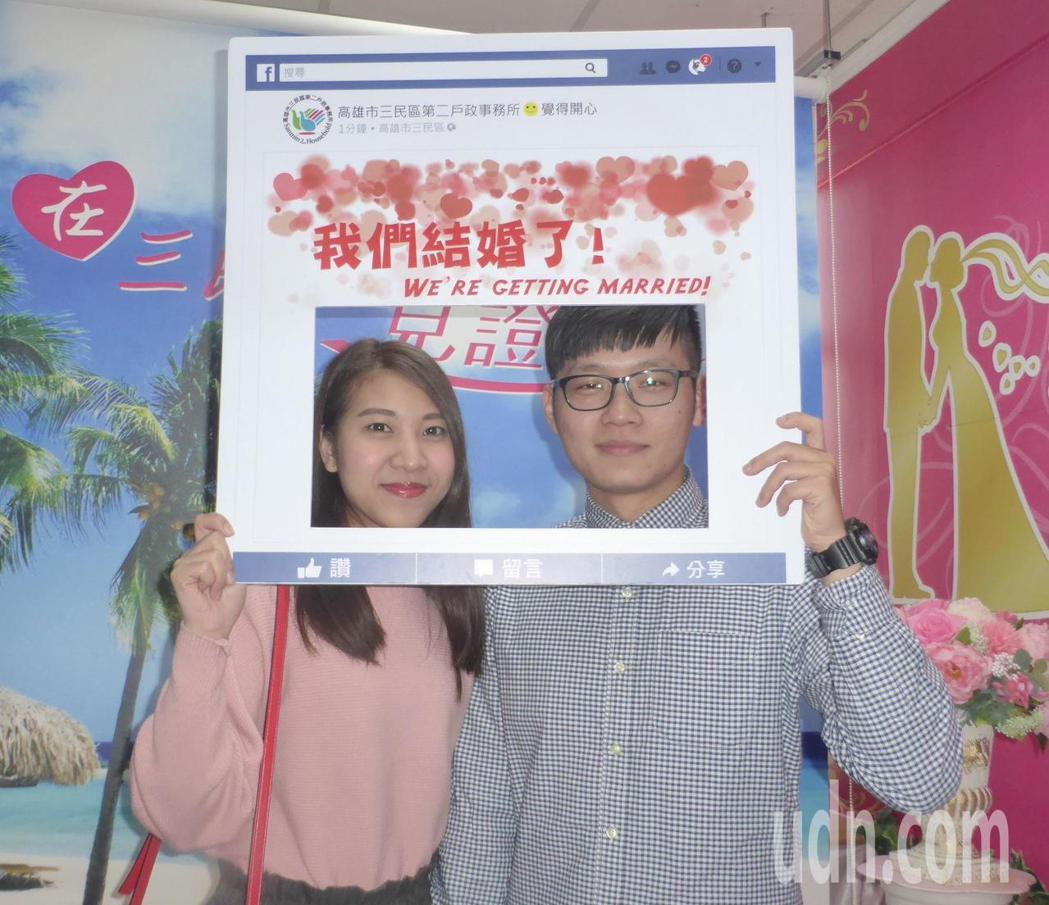 在台北工作的張敬健(右)、邱澧鮮選在西洋情人節這一天回高雄辦理結婚登記。記者楊濡...