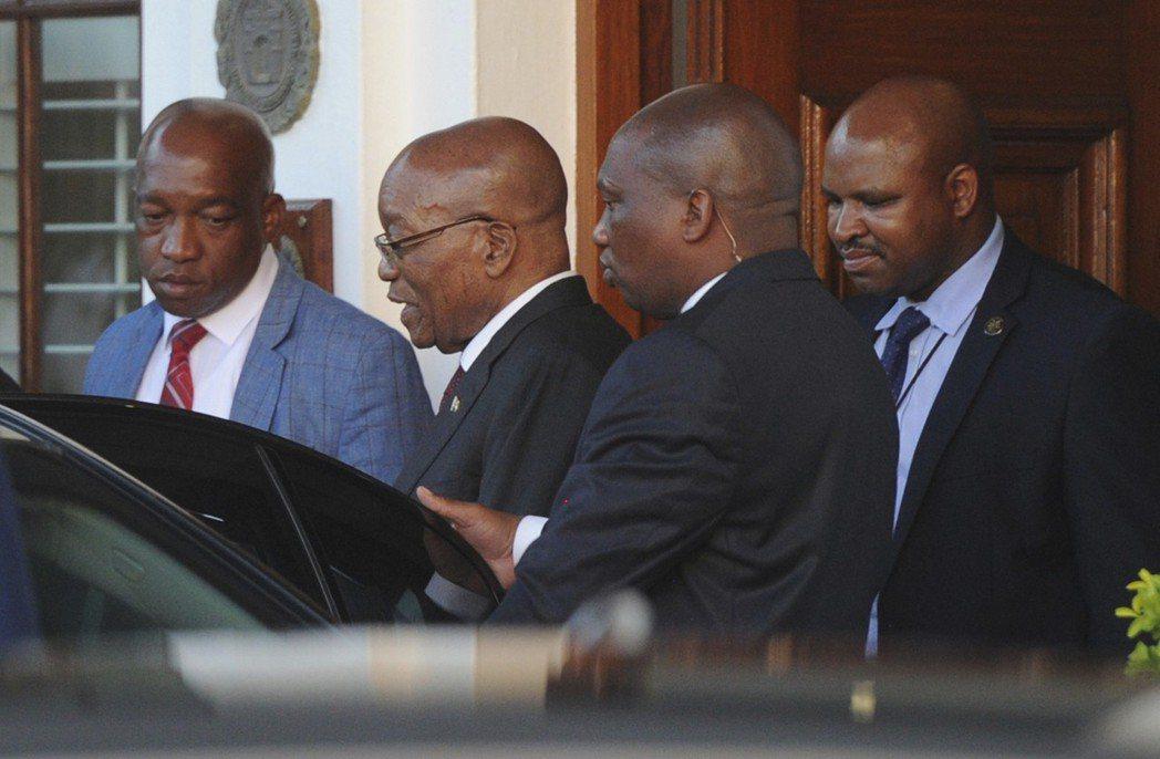 南非總統祖馬(左二)7日離開位於開普頓的議會。執政黨「非洲民族議會」(ANC)1...