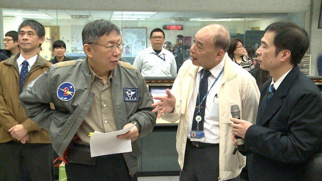 台北市長柯文哲上午視察交通行控中心並慰勞相關人員。攝影/記者徐宇威