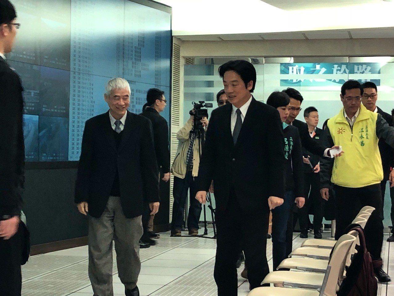 行政院長賴清德(右)、交通部長賀陳旦(左)視察交控中心。記者侯俐安/攝影