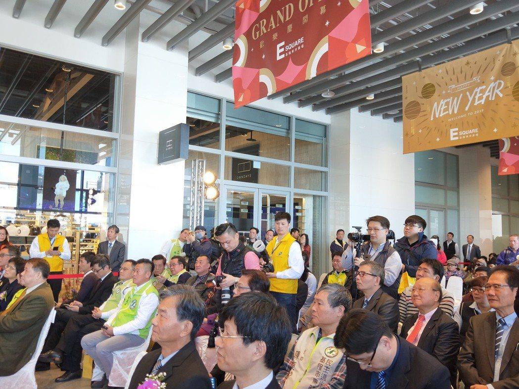基隆市東岸商場今天剪綵,熱鬧開幕。記者游明煌/攝影