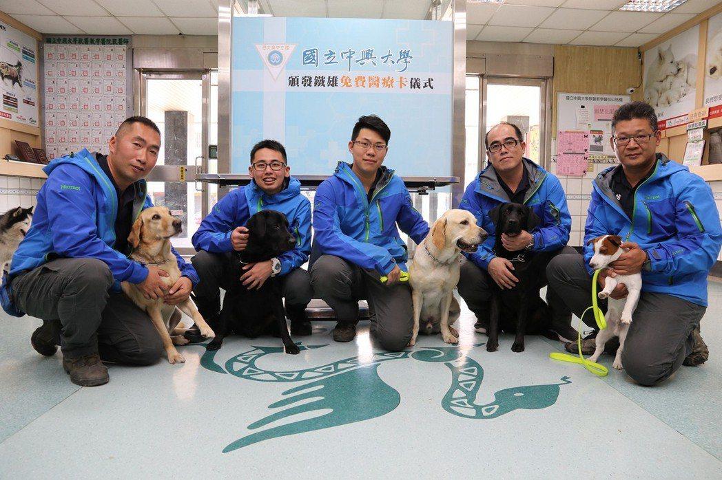 台中市搜救犬隊今到興大獸醫教學醫院健檢,左至右為斯斯、腿腿、鐵雄、美樂蒂、本丸。...