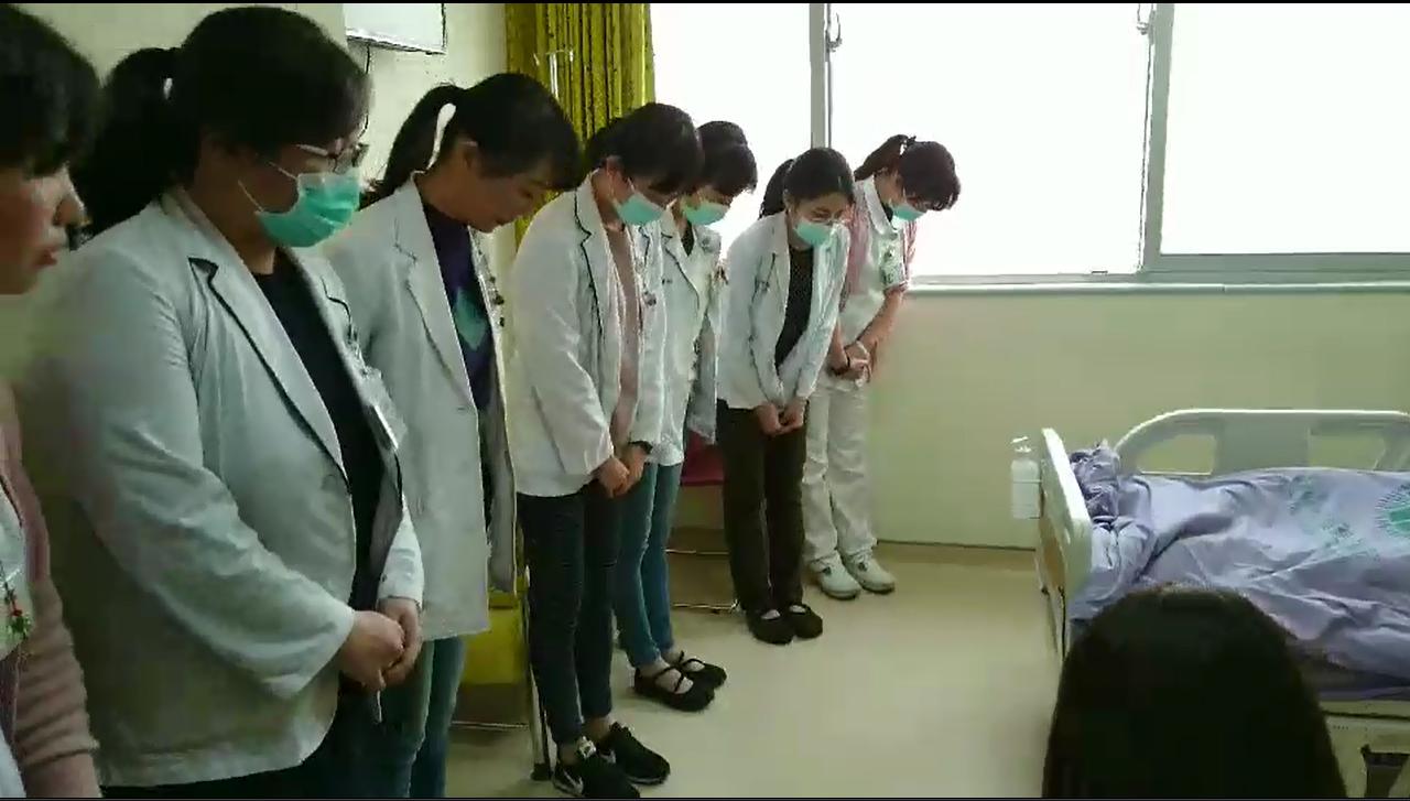 童綜合醫院醫護團隊一同在病房內鞠躬,感謝林先生的大愛精神。圖/童綜合醫院提供