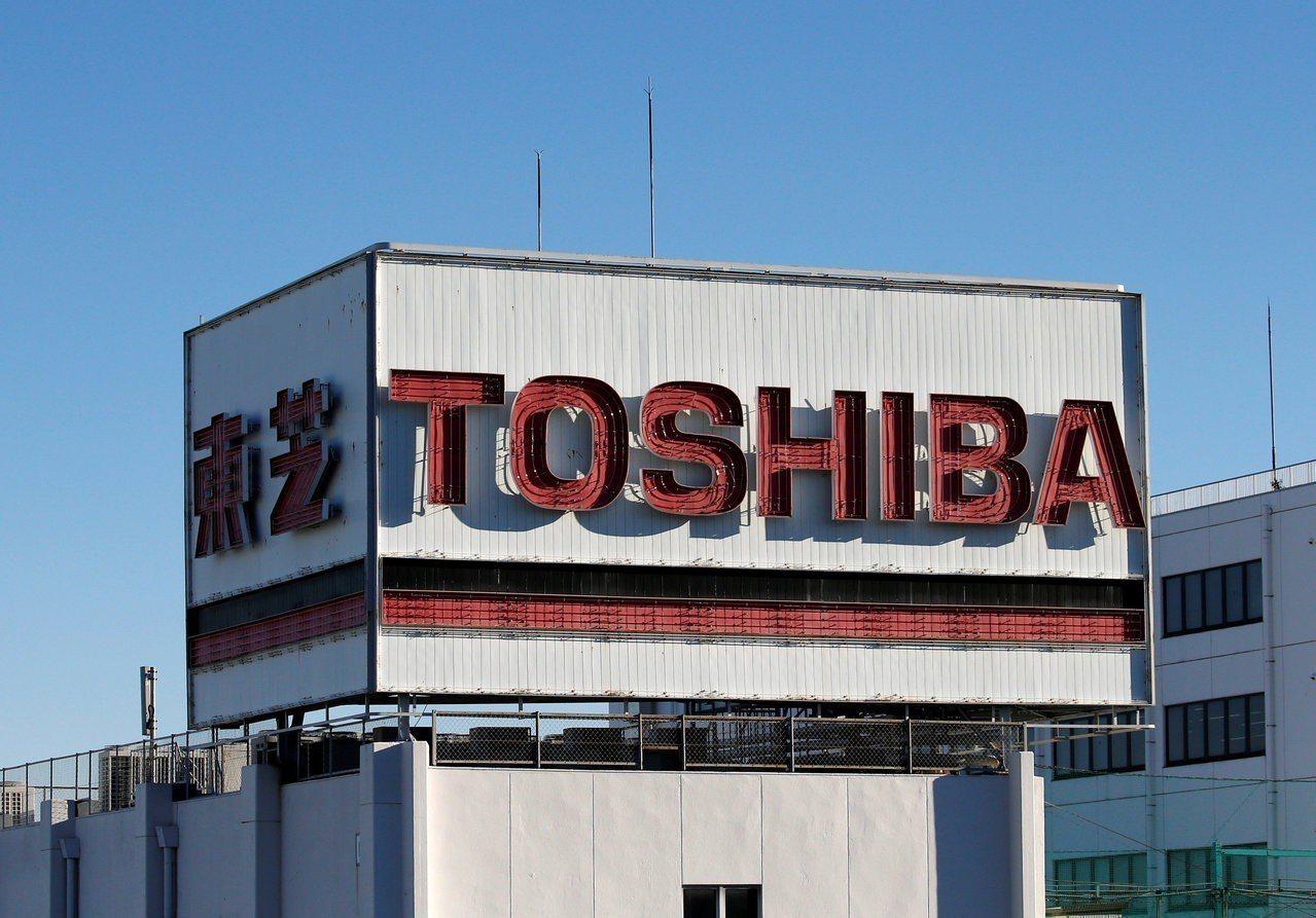 東芝表示至3月底止的今年度將出現四年來首度獲利,淨利高達5,200億日圓,高於市...
