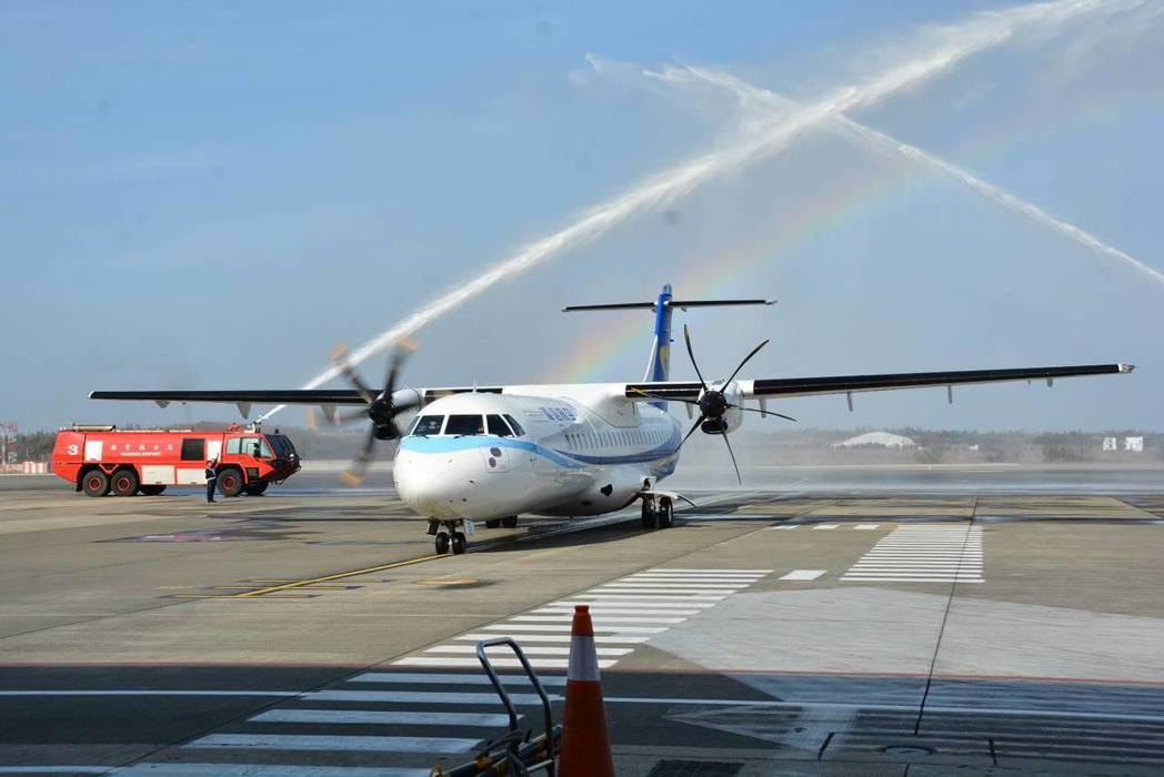 華信航空ATR72-600新機上午抵達馬公機場,宣告ATR72機隊加入華信航空營...