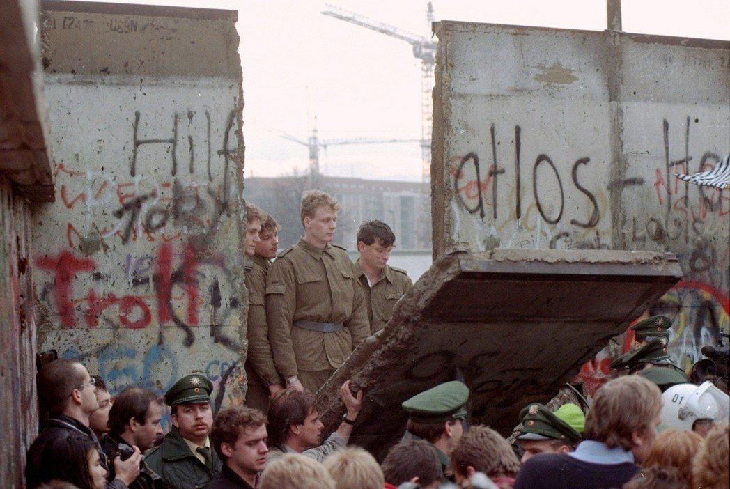 柏林圍牆1989年11月 11日的檔案畫面,當時東德邊界警衛站在柏林布蘭登堡門附...