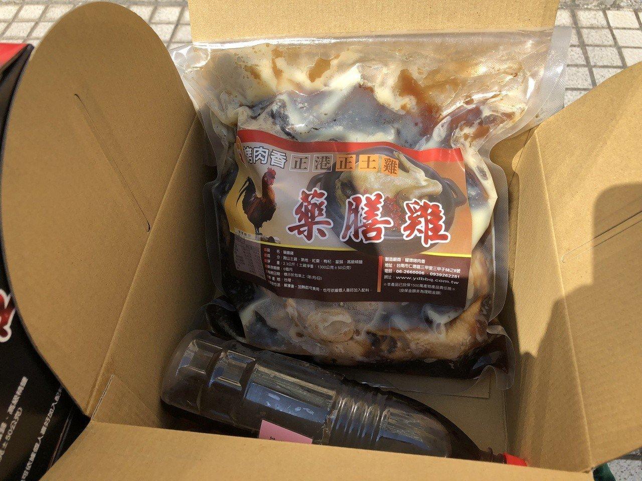 今年暖心廠商捐贈藥膳雞給警消單位加菜,警消開心說,不用再吃泡麵或火鍋過年了。記者...