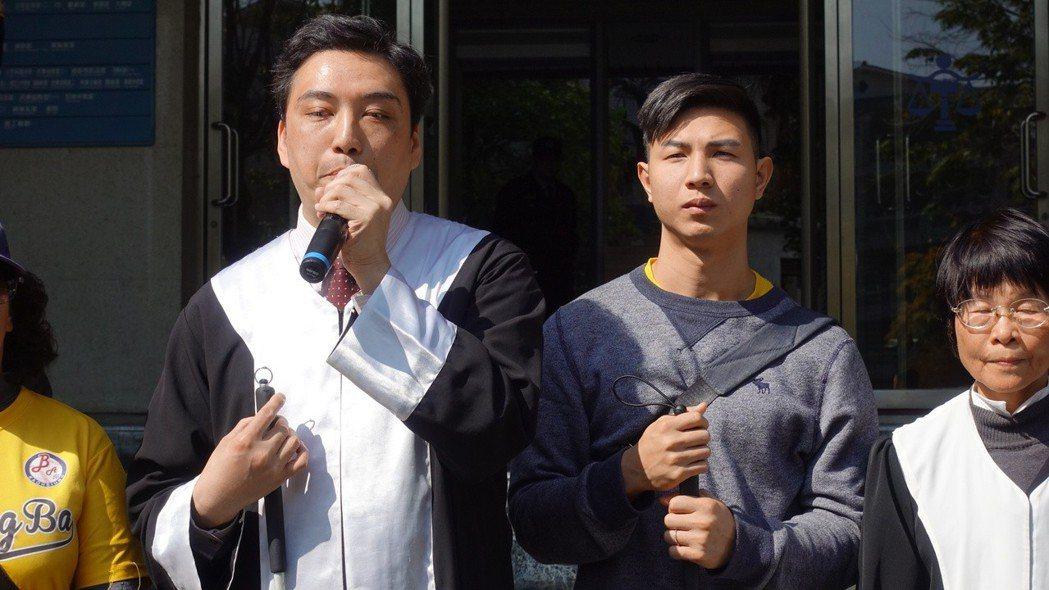 陳敬鎧(左二)的辯護律師台灣第一個全盲律師李秉宏(左一)對於判決結果無法接受,「...