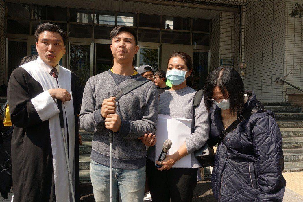 陳敬鎧(左二)的辯護律師台灣第一個全盲律師李秉宏(左一)對判決結果無法接受,「視...