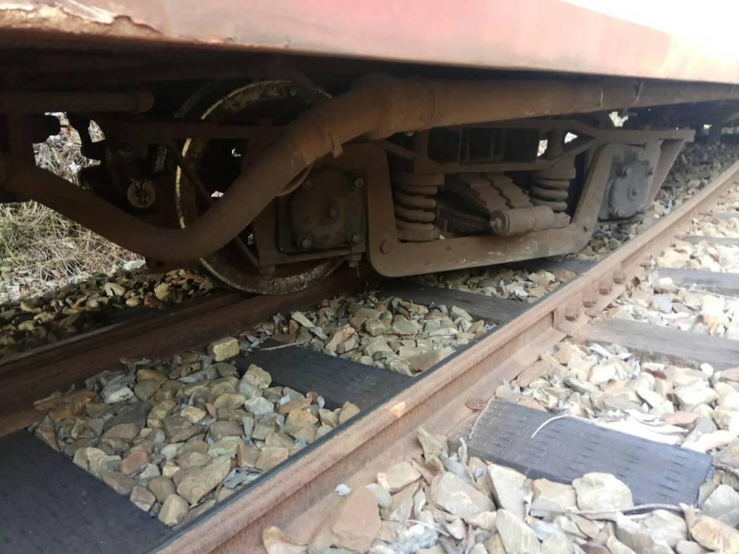 台鐵局營運的嘉義縣阿里山森林鐵路小火車2車次,今天下午又在獨立山站內出軌,列車上...