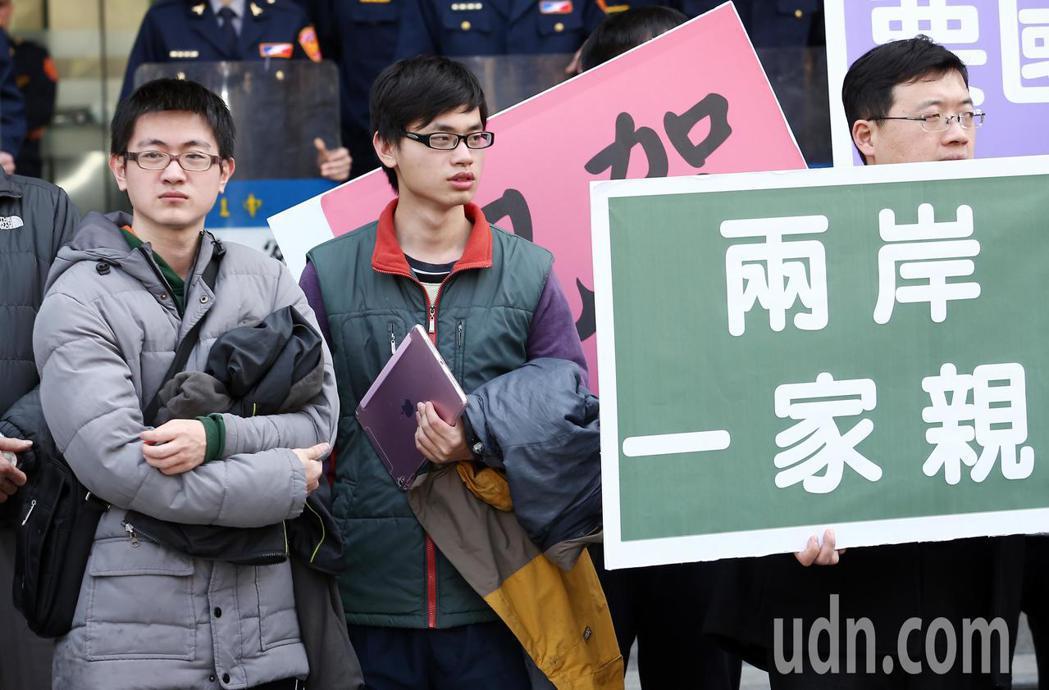 兩岸政治角力,讓回台機票大漲,「台灣學生聯誼總會」號召近台生前往交通部與總統府抗...